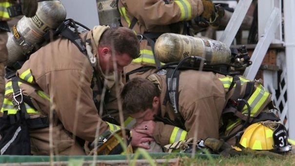 """18. Собаку реанимируют с помощью искусственного дыхания """"рот-в-нос"""" животные, пожарные, пожары"""