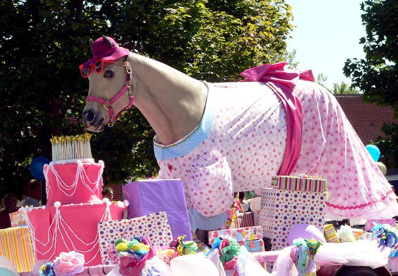 Или даже платье. животные, животные в одежде, конь в пальто