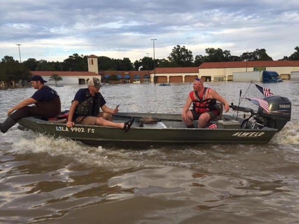 Добровольцы Майк Андерсон и Даррелл Уотсон спасли уже 100 жизней - как людей, так и животных. бедствие, луизиана, наводнение, спасатели, спасение животного