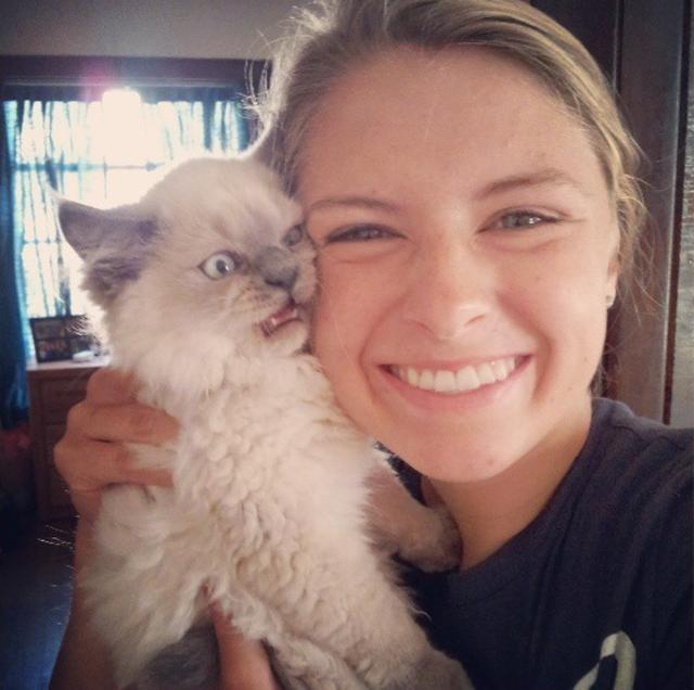 Радости своей хозяйки этот котик явно не разделяет. котики, прикол, фото, юмор