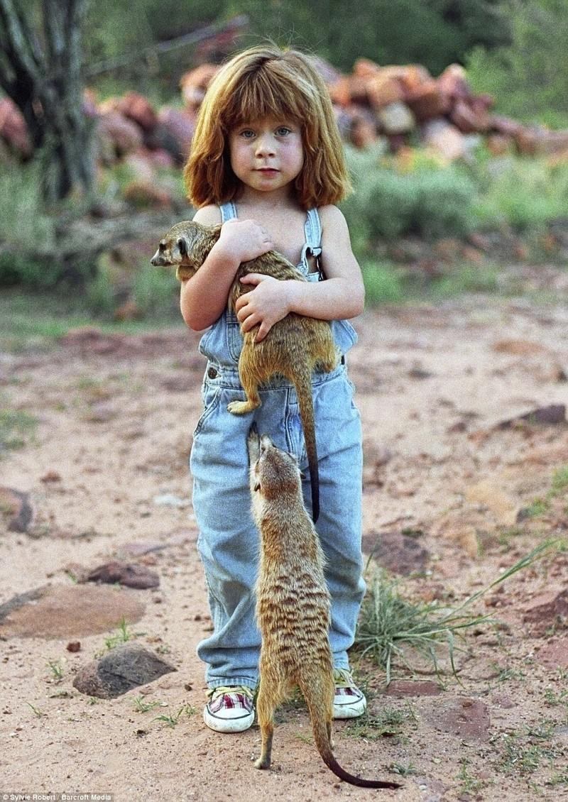 Типпи играет с сурикатами в Намибии африка, маугли, ребята и зверята, фотографии животных
