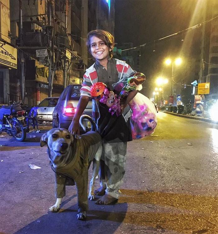 Этот босой мальчишка отдал бездомной собаке свою куртку, чтобы та не замерзла животные, спасение, счастливый конец