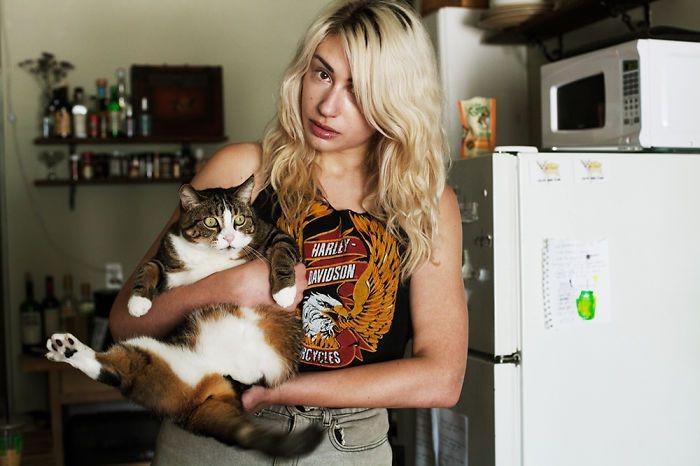 Хизер и трехногий Финн девушки, животные, коты, фотопроект