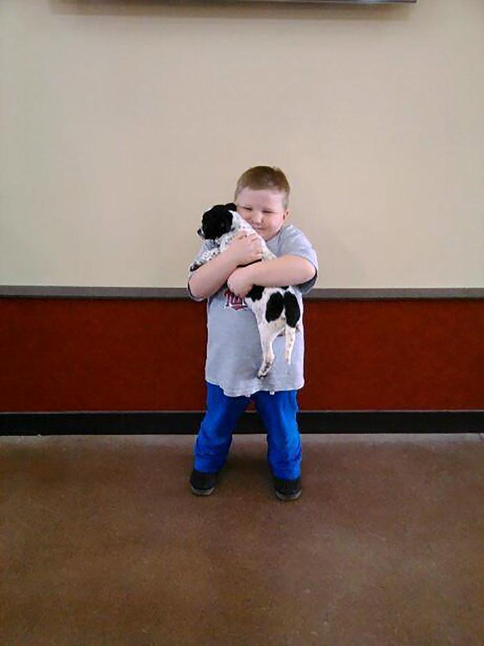 """""""Этот мальчик сегодня взял щенка в нашем местном приюте"""" дружба, животные, любовь, любовь с первого взгляда, первая встреча, пес и я, собаки, хозяева"""
